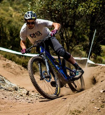 DHaRCO MTB | Mens Gravity Shorts | Black | In action