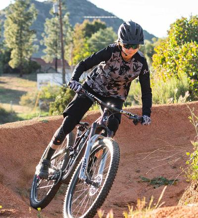 DHaRCO MTB | LADIES GRAVITY SHORTS | BLACK | In action